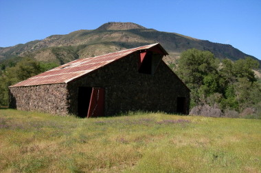 Barn along the Cache Creek Canyon Frog Pond Trail