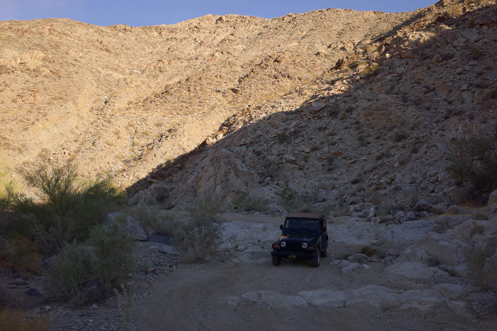 The rocky obstacle on Pinkham Canyon in Joshua Tree National Park in context