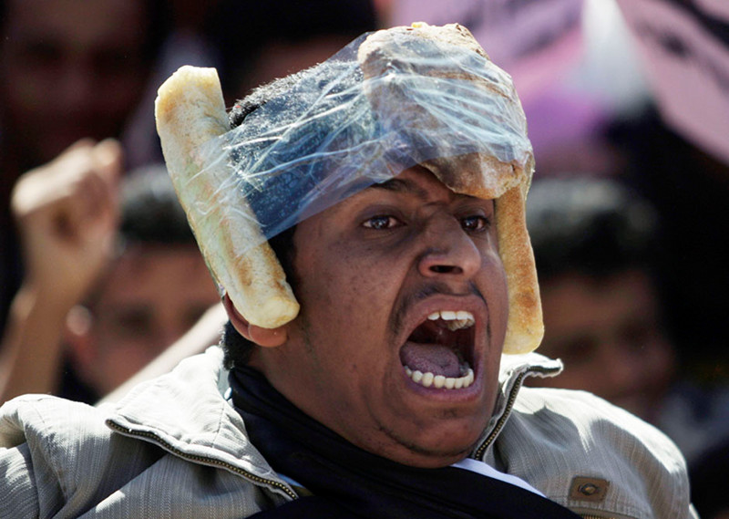 Hello fellow bronies - Page 2 Khaled-abdullah-man-with-bread-taped-to-his-head-sanaa-yemen-protest-2011-02-03-big