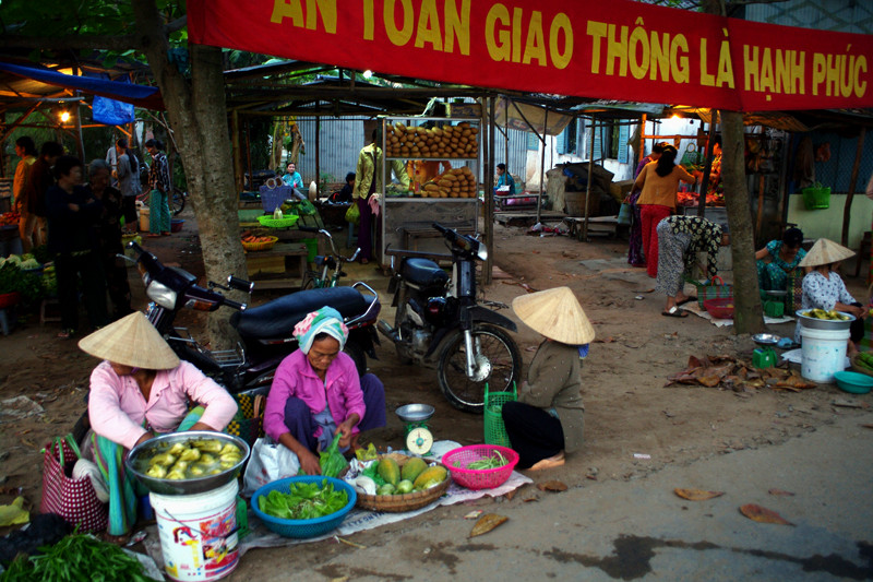 Local market in Cần Thơ, Vietnam before sunrise